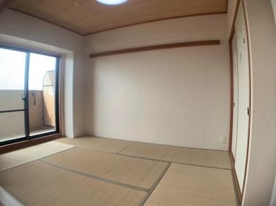 バルコニーに面した明るい和室です。
