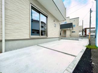 ゆったりとした駐車スペース、大きめのお車でも駐車可能です。