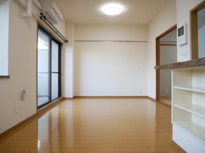 【居間・リビング】ウィステリア中田