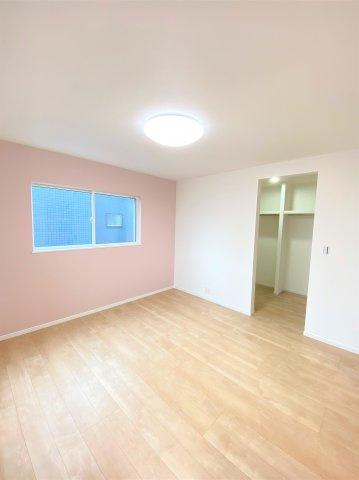 2F洋室。人気の設備の1つ、ウォークインクローゼット付き♪収納があることで居室にゆとりが持てます♪