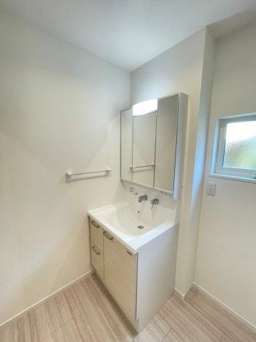 三面鏡タイプの洗面台。鏡裏には細々した洗面用品の収納に最適♪コンセント付きで身支度がスムーズに♪