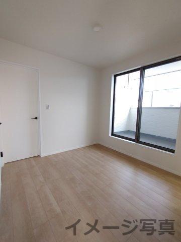 バルコニー横洋室。少しおっくうなお布団を干す作業もらくらく♪全居室LED照明・カーテン付きです♪