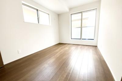 《洋室6帖》こちらのお部屋にもバルコニーがあり2面採光で明るい室内になっています。