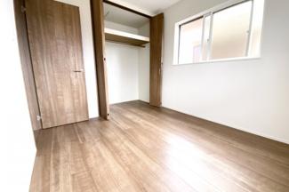 《洋室5.2帖》こちらのお部屋以外にも《納戸7.2帖》があります。2面採光で収納もあり、お部屋として使って頂けます。