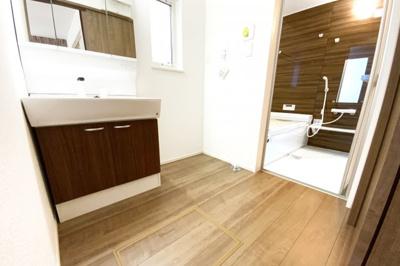 洗面化粧台はワイドサイズで、収納豊富な洗面台です。三面鏡の裏側も収納になっているので、小物がしっかり片付いてスッキリします。