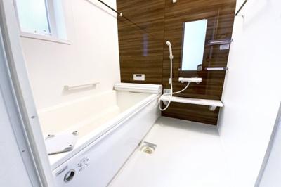 浴室暖房乾燥機がついているので、雨の日でも洗濯物が乾かせます。寒い季節は暖房で室内を暖めてから入れます。