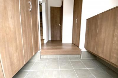 玄関にはシューズボックスと玄関収納があります。収納が多いお家ですのでお掃除が大変助かります。