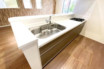 システムキッチンは対面式で、リビングにいらっしゃるご家族を見守りながら食事の支度が出来ますね。