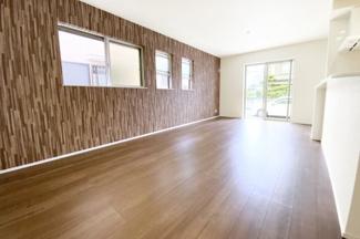 LDKは18帖と広くて開放的なスペースですヽ(^。^)ノ3面採光で明るく風通しの良い室内です。