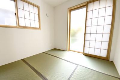 《和室4.5帖》2面採光の明るい和室は障子もありカーテンのご準備は不要です。畳のお部屋があると床に寝そべる事ができます。