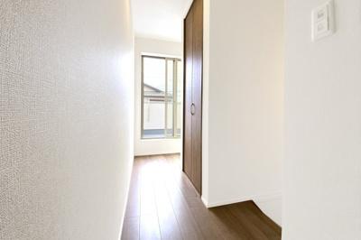 2階のホールには3ヶ所に収納があり大変便利。また、物干しバルコニーに出られるのでとても助かります。