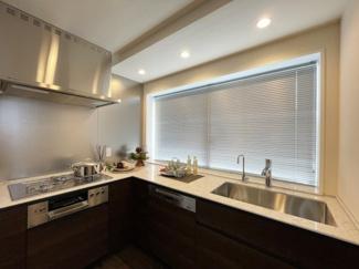 2021年8月26日撮影 L字型システムキッチンは、効率良くお料理ができます♪