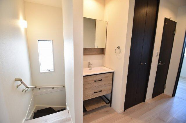2階にも独立洗面台を設置しました。こんな時代だからこそ、手洗い場は嬉しい設備ですね。