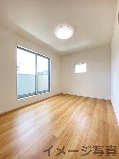 バルコニー横2F洋室。重いお布団などらくらく干すことができます♪全居室LED照明・カーテン付き♪