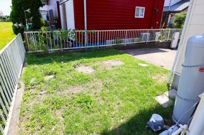 駐車場に隣接するお庭です。