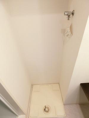 洗面所内、独立洗面台横にある室内洗濯機置き場です♪室内に置けるので洗濯機が傷みにくい☆※参考写真※