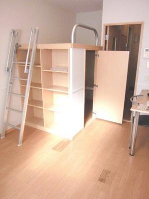 造り付ベッドの下は大容量の収納スペース!
