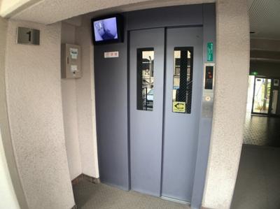 内部が確認できるエレベーターつきです。
