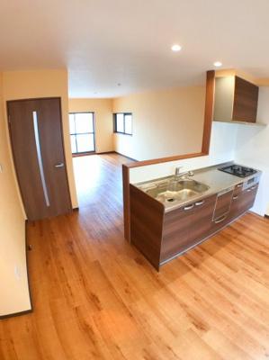 キッチン側から撮ったリビングの写真です♪ キッチン周辺のスペースも広くとっております♪