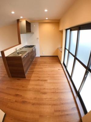 キッチンの後ろのスペースも入れた写真です♪ キッチン後ろにバルコニーもございます♪