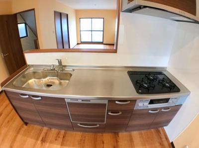 キッチンの写真です♪ 食器洗浄乾燥機付きシステムキッチンになっておりますので食後の片付けも便利ですね♪