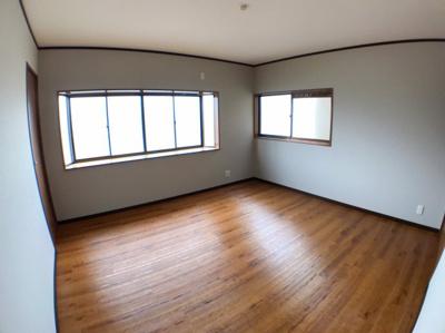 3階北側約9帖の洋室になります♪ 2面採光の為とても明るいです♪