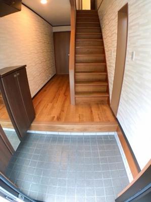 玄関の写真です♪ 玄関左手にはシューズボックスもござます♪