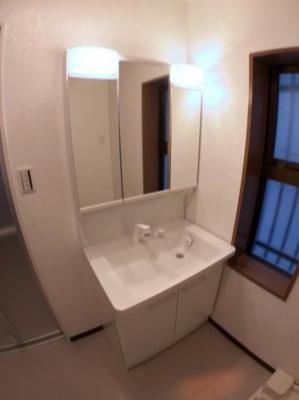 1階独立洗面台の写真です♪ 新調しておりますのでとてもきれいですよ♪