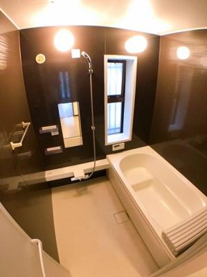お風呂の写真です♪ バスルーム全体をリフォームしておりますので新品同様になっております♪
