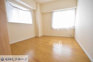 洋室が2室あり日当り採光ともに良好です。