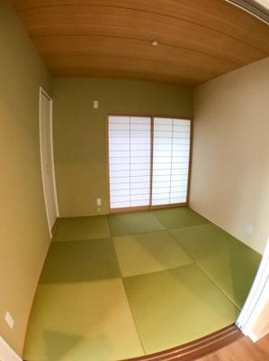 約4.5帖の和室の写真です♪ 本物件は家の外周をしっかりとスペースを取っているため隣地との狭さはあまり感じませんよ♪ 正面窓から家の裏側のスぺ―スに出ることも可能ですよ♪