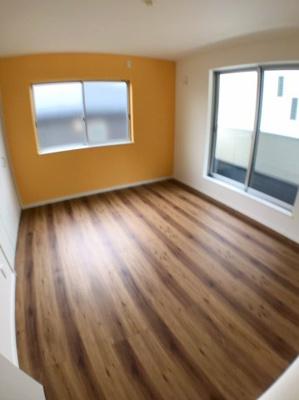 2階西側約7帖の洋室です♪ オレンジ色のアクセントクロスがおしゃれですね♪ 西側にはバルコニーもございますので日当たり良好ですよ♪