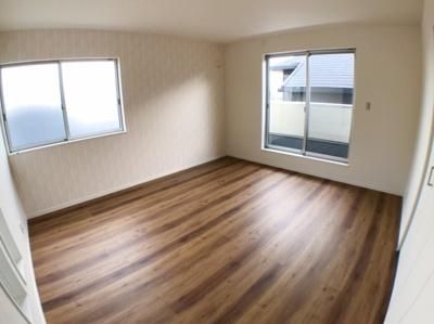 2階東側約9帖の洋室です♪ 9帖もございますのでとても広い洋室ですね♪ こちらも南側にバルコニーがございますので日当たり、風通し良好ですよ♪