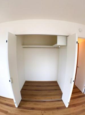東側約9帖の洋室のウォークインクローゼットです♪ 主寝室としてご利用しても十分な収納スペースですよ♪