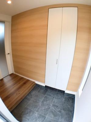 玄関の写真です♪ ホールも広くゆったりとご利用可能です♪