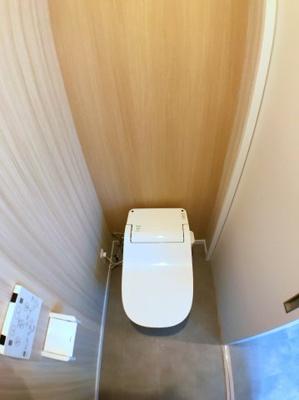 1階トイレの写真です♪ 今流行りのタンクレストイレですよ♪