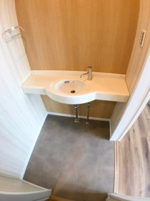 1階トイレ横にございます専用の洗面になります♪ トイレがタンクレスの為使用後のお手洗いはこちらで使用できますよ♪