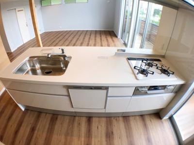 キッチンの写真です♪食器洗浄乾燥機付きのシステムキッチンになっております♪ ガスコンロ前はガラス加工ですのでお料理中でもご家族の様子を見ながらお料理が出来ますね♪