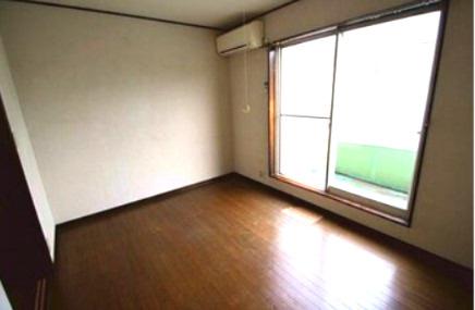 個人の部屋や寝室として使える2階中央の洋室