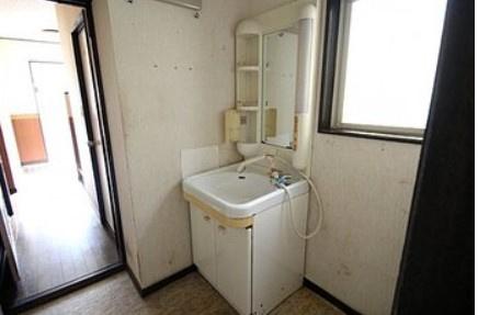 ゆったりとスペースのある洗面所~シャワー付き洗面化粧台、室内洗濯機置き場、脱衣スペース有り