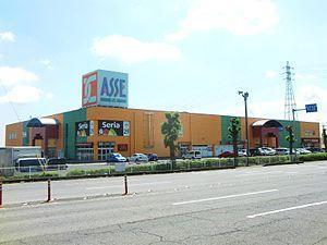ショッピングセンターも近くにございます