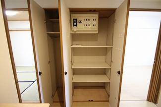 廊下には広々とした収納スペースがあります