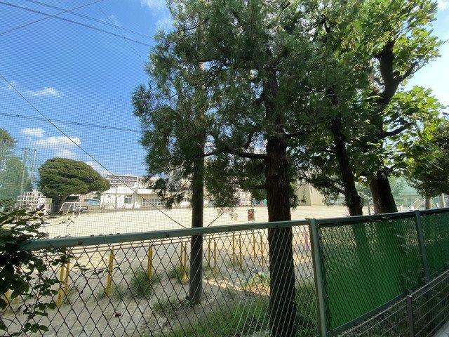 物件の前が塚田小学校です。