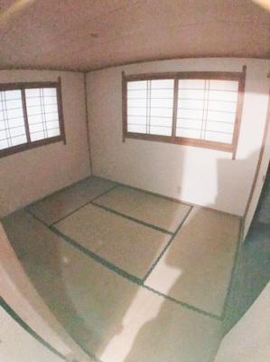 1階約6帖の和室になります♪ 電気がついていないため少し暗くなっております。申し訳ございません。