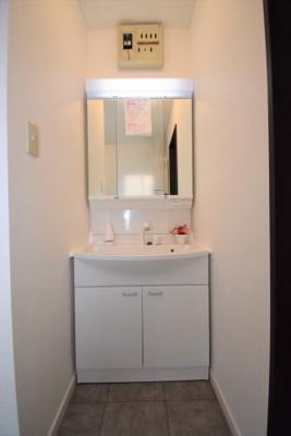 収納付き3面鏡の洗面台です!