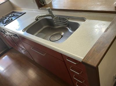 対面式キッチン 食洗機 3口コンロ  リビング。ダイニングが見渡せる対面式キッチンです