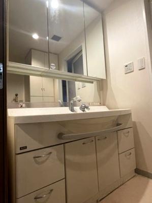 収納豊富な3面鏡付き洗面台 たっぷり収納でスッキリ片付きます