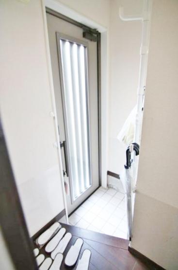 玄関 暖かな光の入る玄関 玄関ドアもリフォームの際に交換してあります