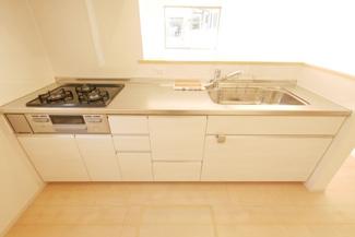 キッチンの施工例。キッチンはシステムキッチンの3口コンロです。