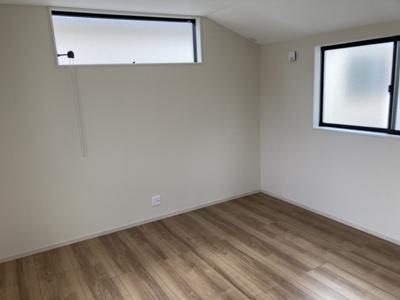 WICを備えた主寝室は8.5帖です。他の2部屋も6帖を確保しています。全室2面採光で日当たり良好なプライベート空間です。シンプルな色合いだから家具やカーテンの色合いを選びません。